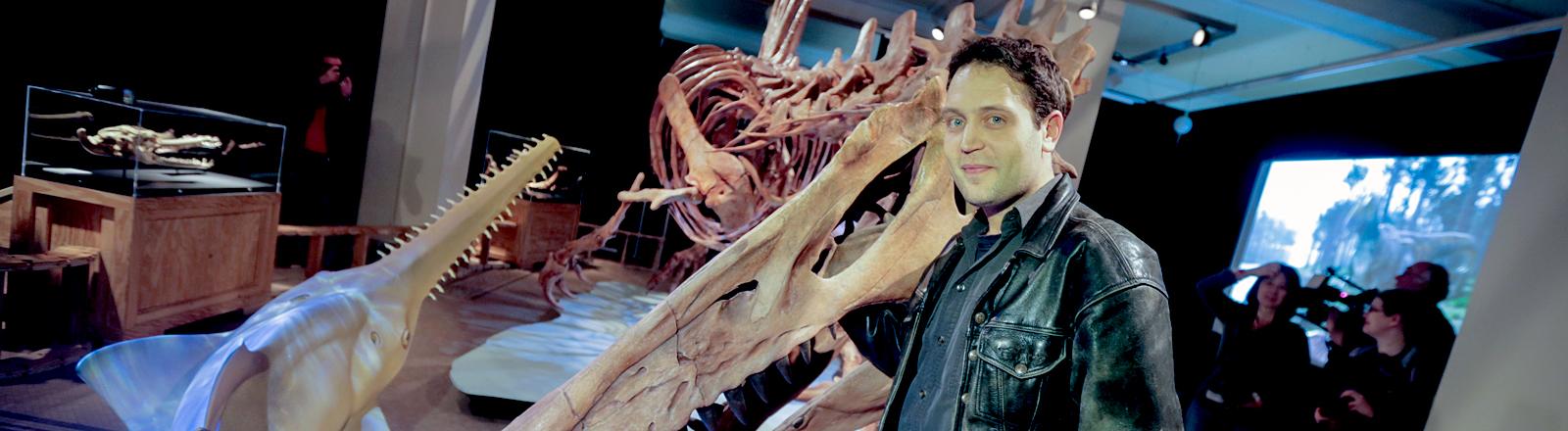 Mann vor einem Dino-Skelett