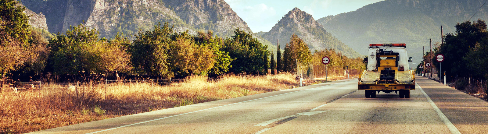 Ein Abschleppwagen fährt auf einer Straße in die Berge