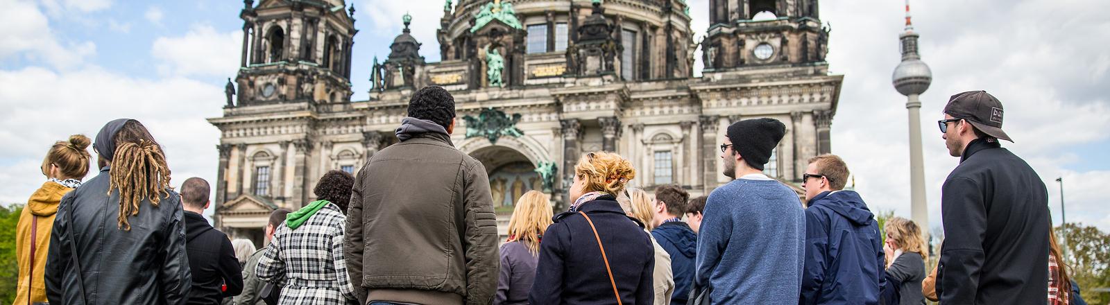 Touristengruppe vor dem Berliner Dom