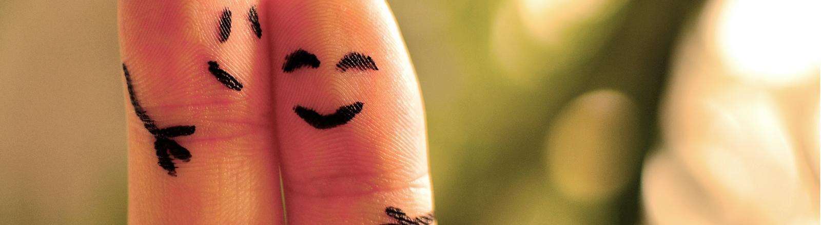 Zwei Finger mit aufgemalten Gesichtern