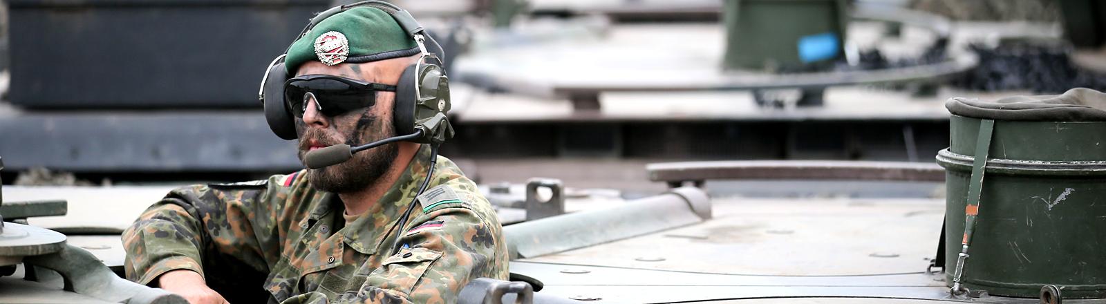Deutscher Soldat im Panzer
