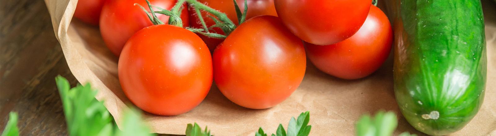 Tomaten und Gurken in einer Papiertüte