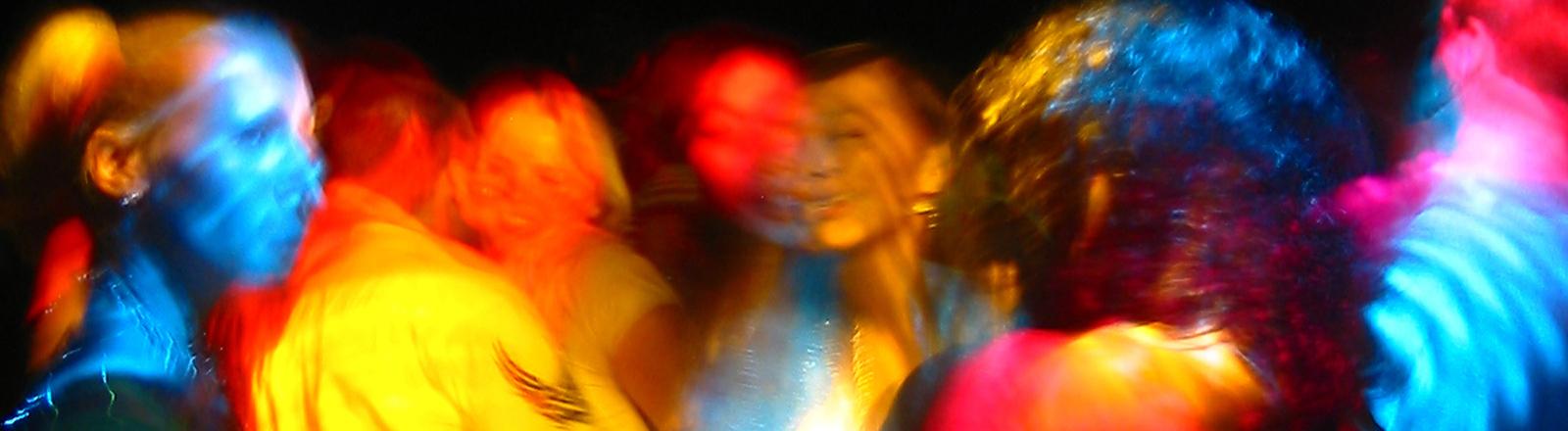 Partyszene mit bunten Lichtern