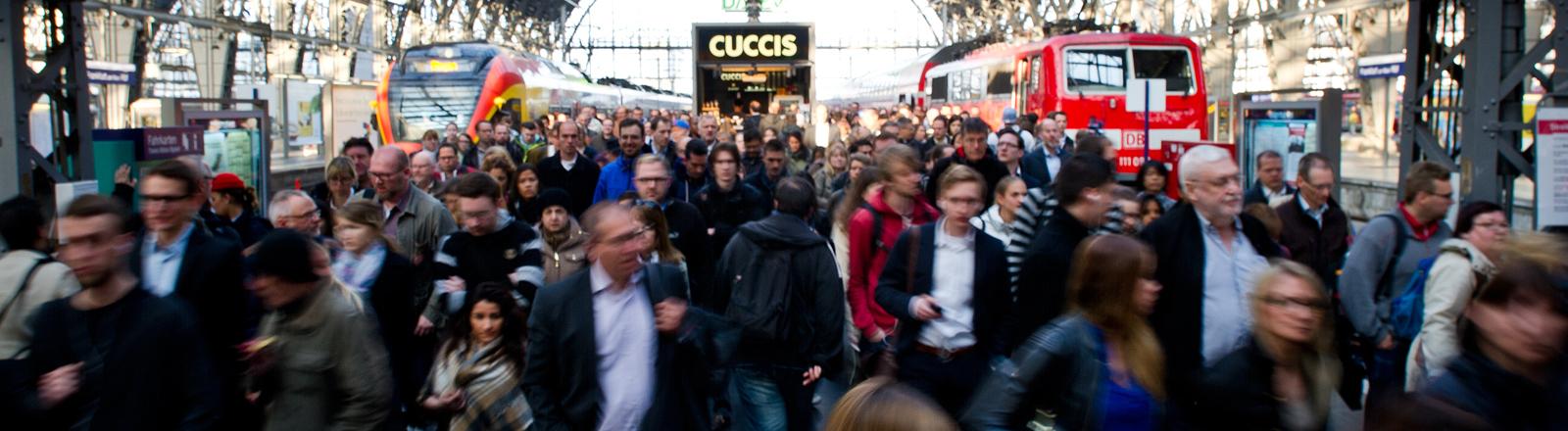 Voller Bahnsteig am 23.04.2015 im Hauptbahnhof in Frankfurt am Main (Hessen)