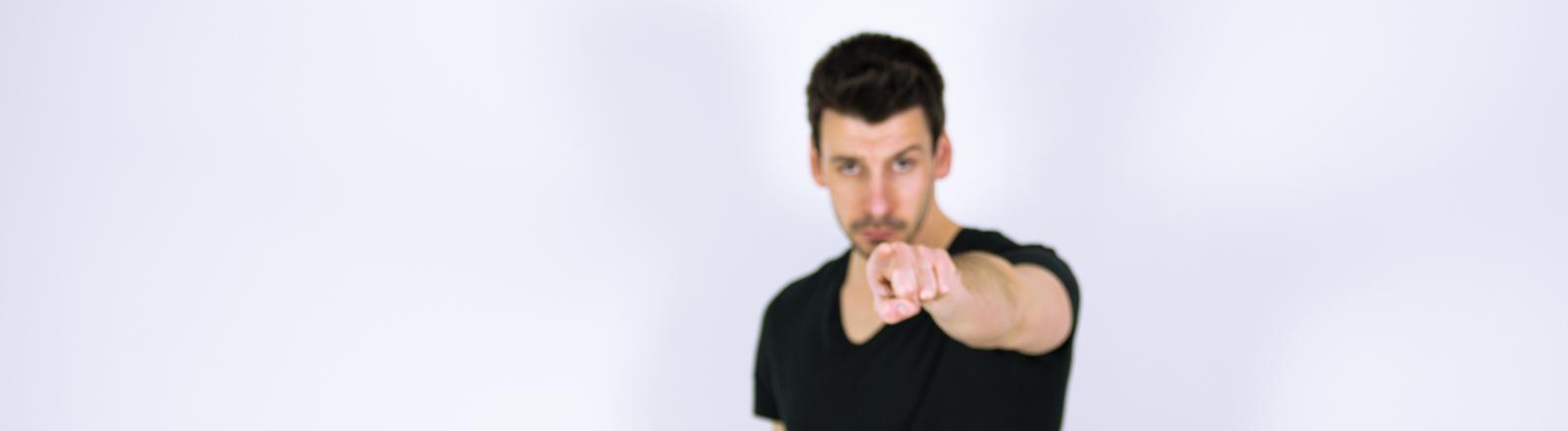 Typ zeigt mit dem Finger