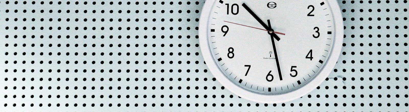 Uhr, die auf halb elf steht.