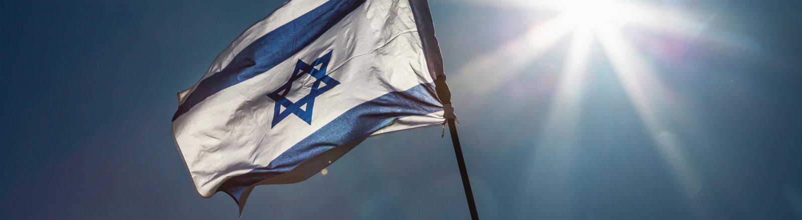 die israelische Flagge vor blauem Himmel