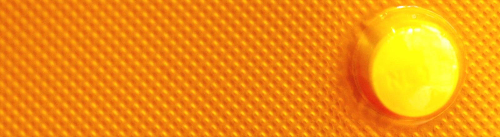 Nahaufnahme einer orangenen Verpackung für die Pille danach