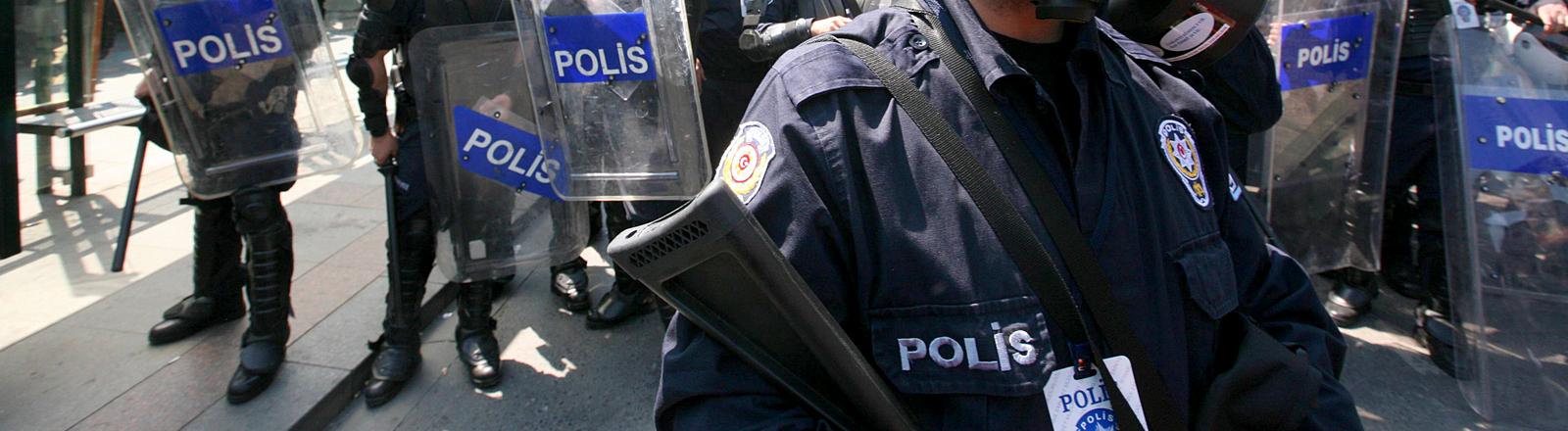 Gewehre und Uniform von Polizisten