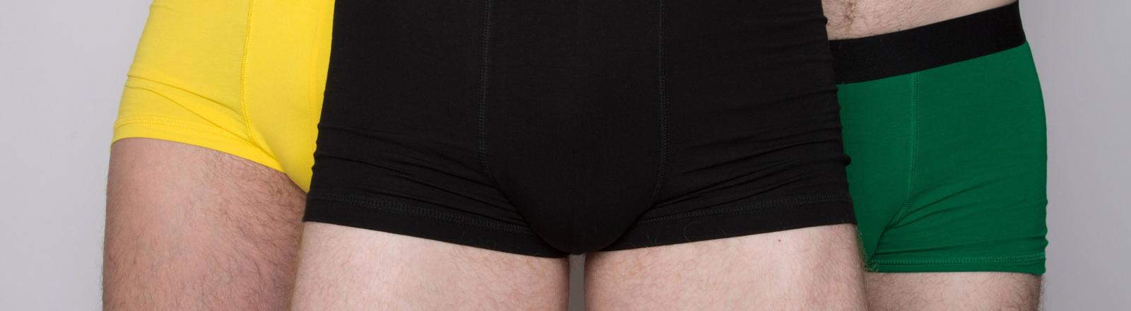 Drei Männer in bunten Unterhosen