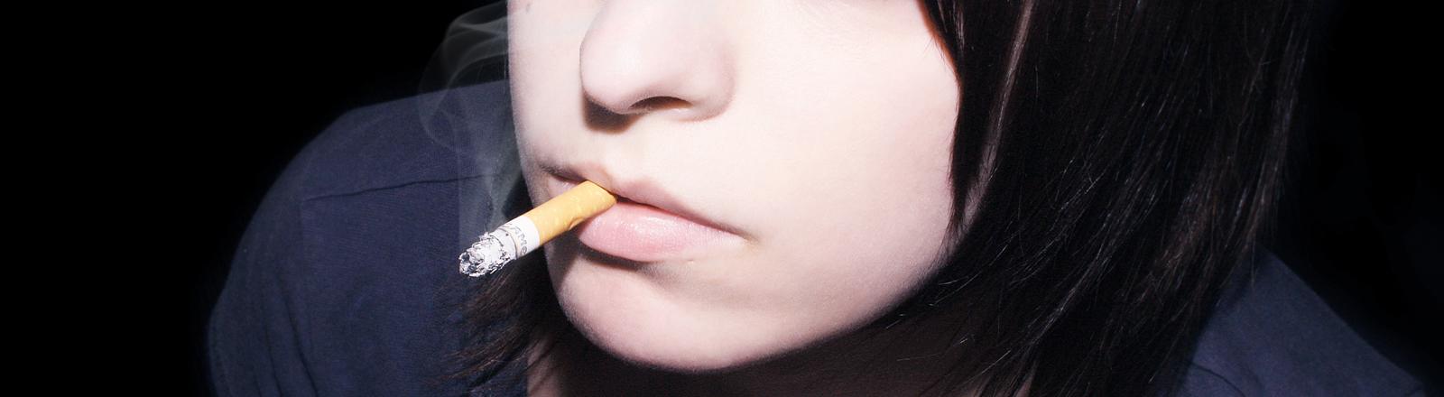 Frau mit Zigarette