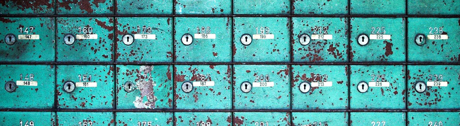 Eine alte Schließfach-Anlage, von der schon die Farbe abblättert