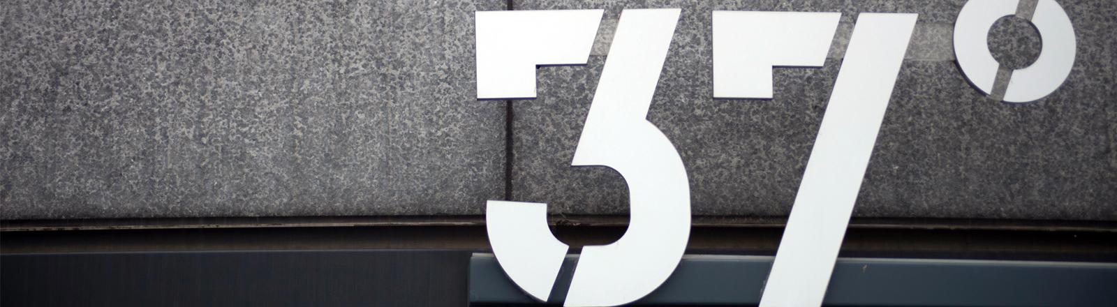 Vor einem Gebäude ist ein Schriftzug mit der Zahl 37