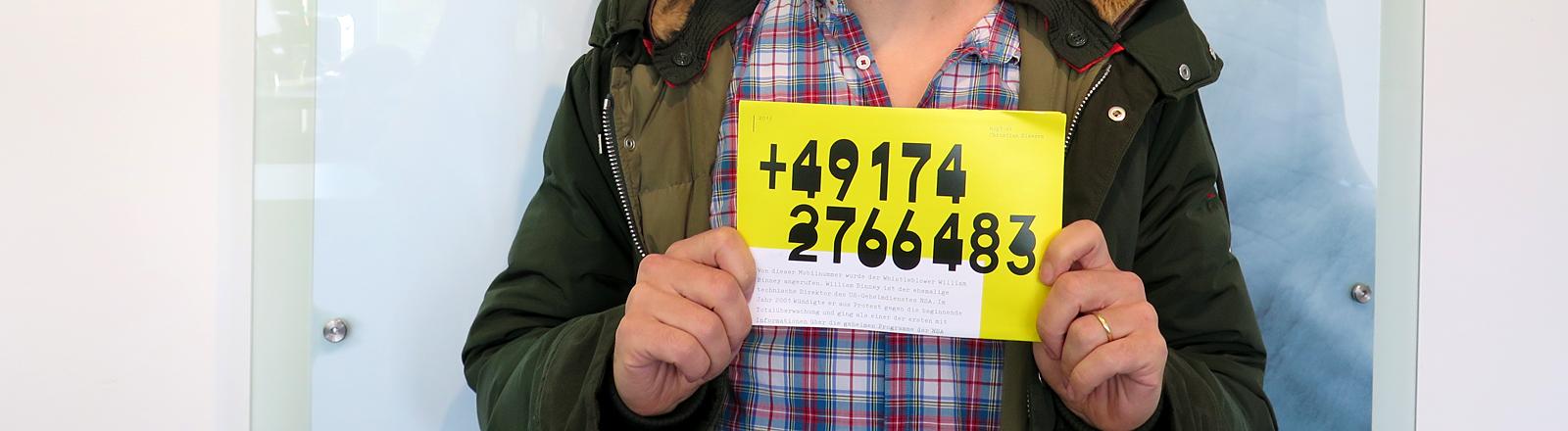 Eine Handynummer auf einem gelben Zettel