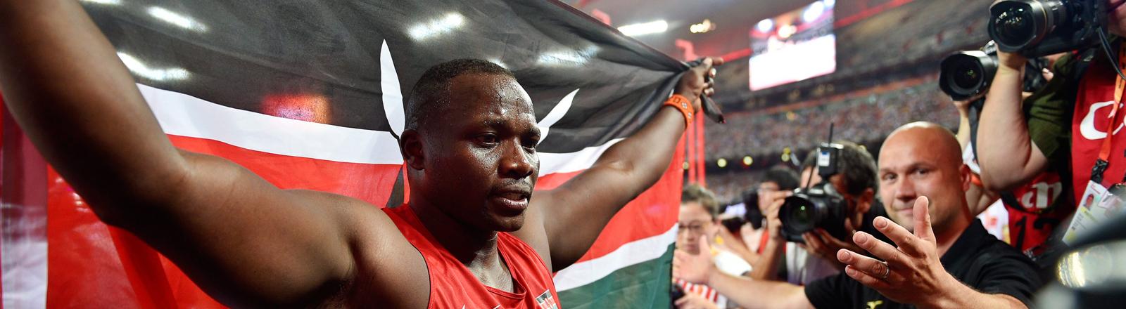 Der Speerwerfer Julis Yego mit der kenianischen Flagge
