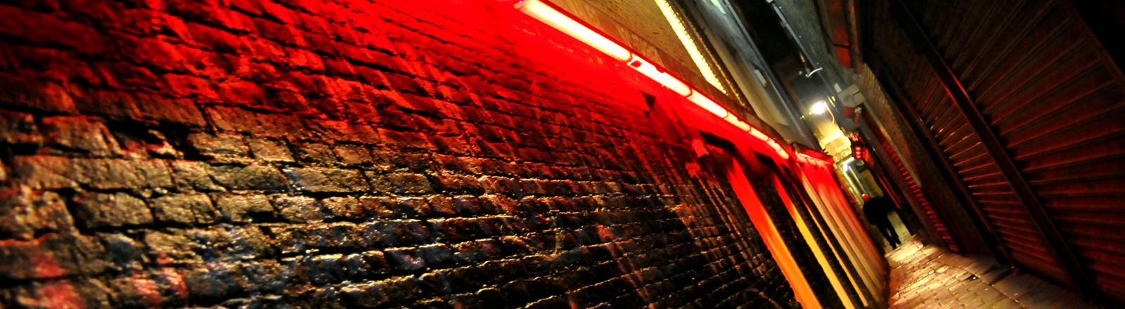 Eine kleine Seitenstraße mit rotem Licht
