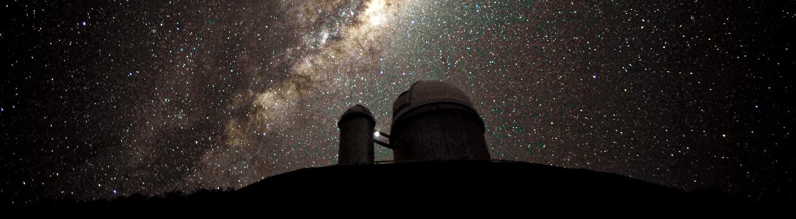 Die Südsternwarte bei Nacht vor der gigantisch leuchtenden Milchstraße