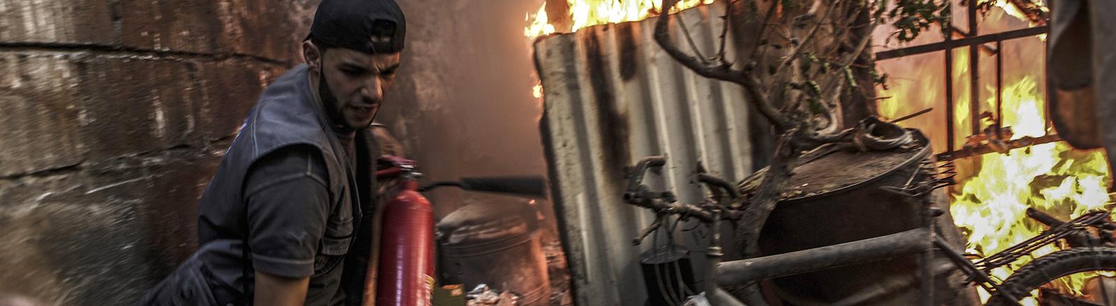 Brennendes Haus und Feuerwehrmann