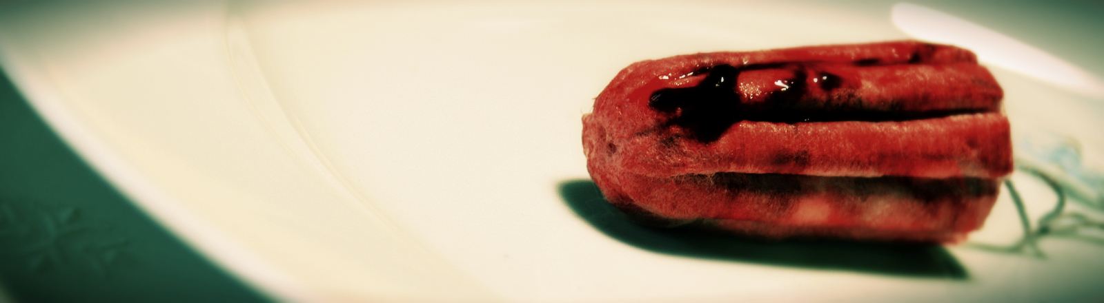 Ein Tampon mit Kunstblut auf einem Teller