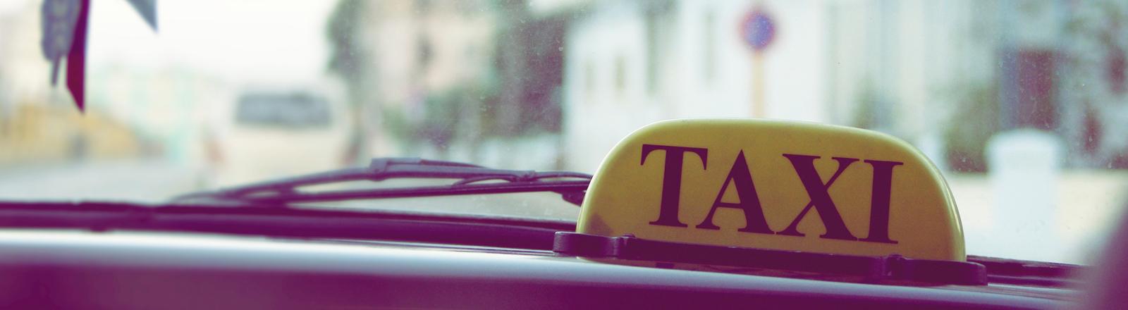 Ein Taxischild von der Innenseite des Fahrerraums