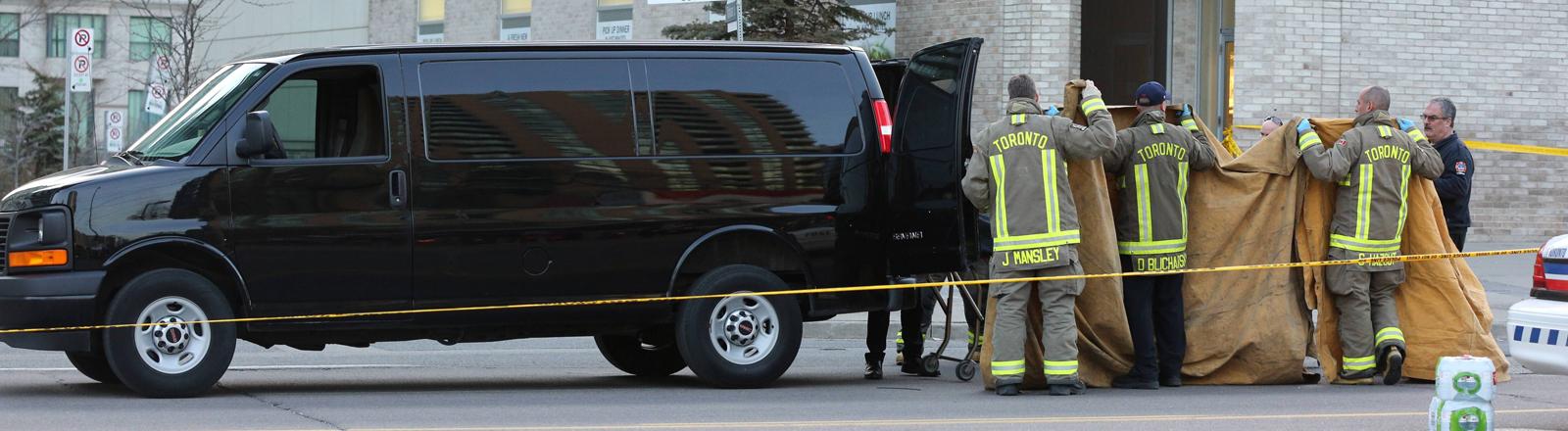 Van und Sanitärer nach dem Anschlag in Toronto