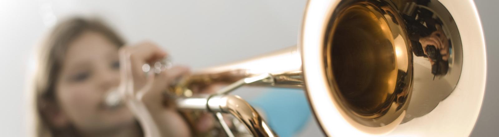 Ein Mädchen spielt Trompete