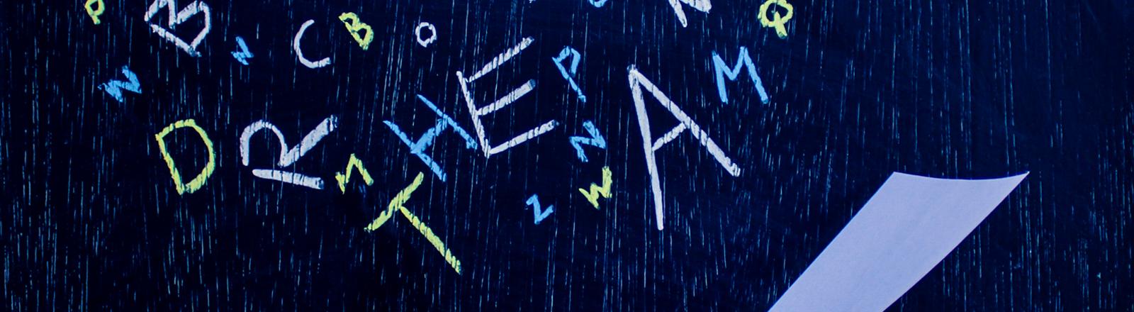 Viele Buchstaben fallen durcheinander auf ein Blatt