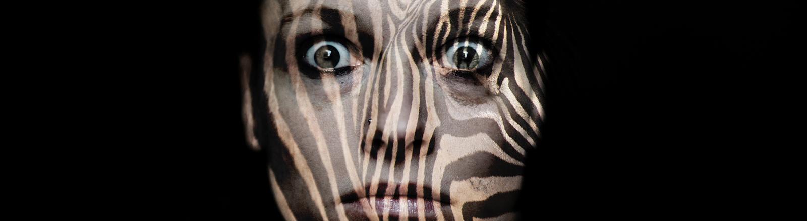 Frau mit Zebramuster im Gesicht