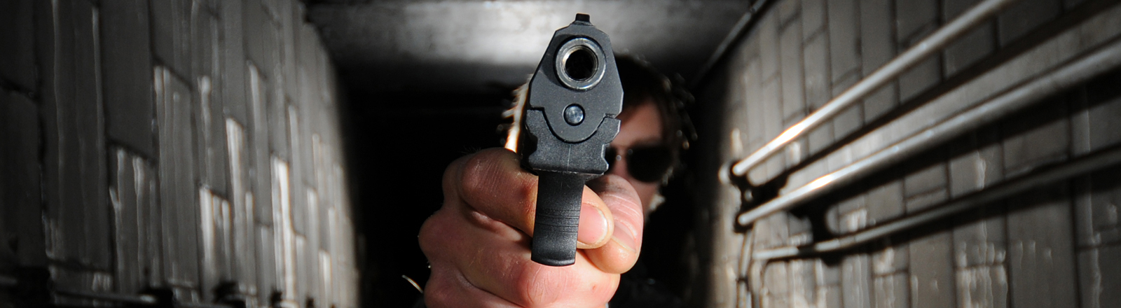 Blick in den Lauf einer Waffe