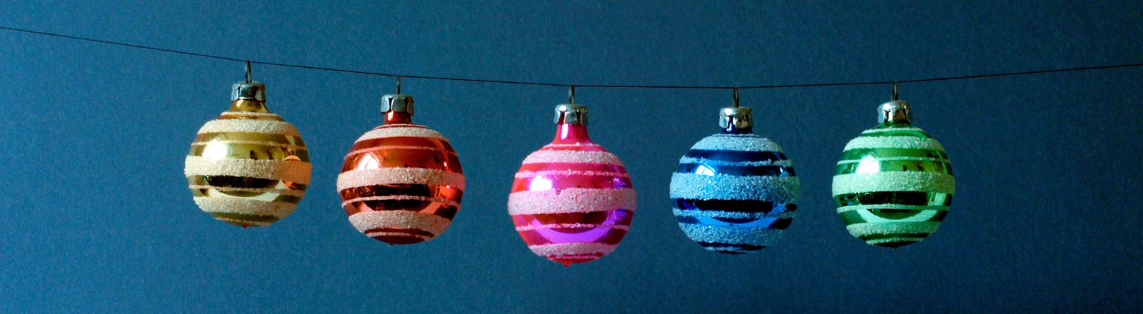 Eine Kette voller Weihnachtskugeln