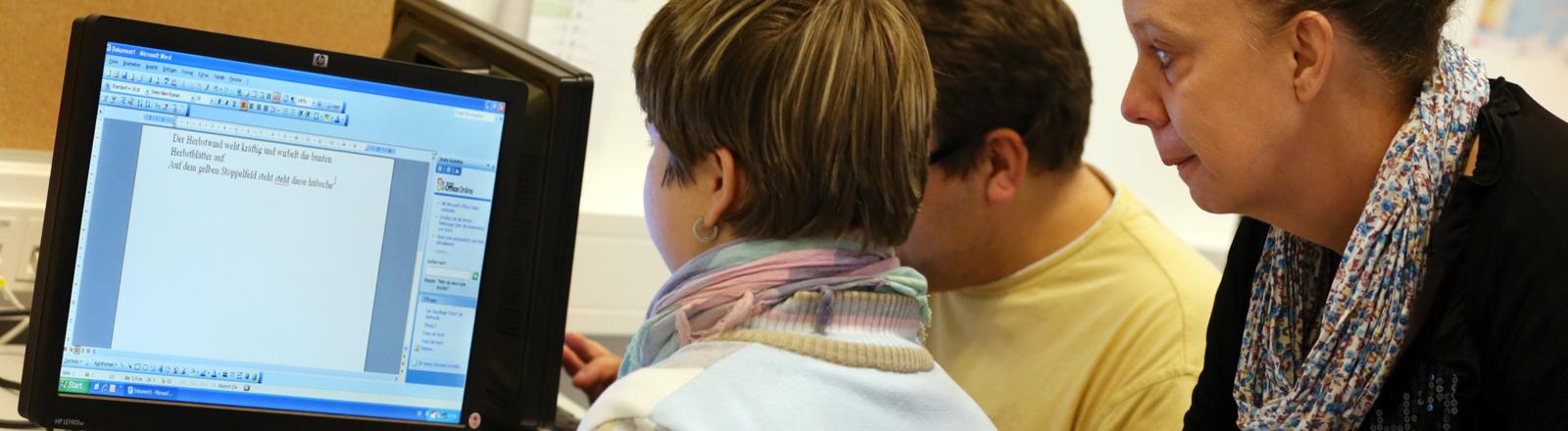 Volkshochschule: Zwei Frauen schauen auf einen Computer-Bildschirm