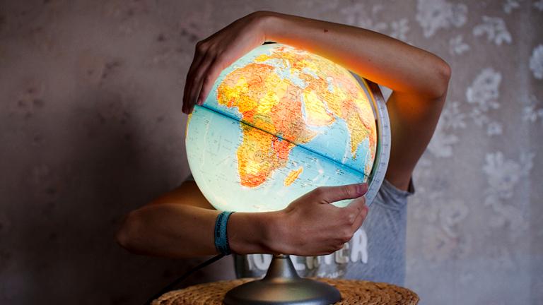 Globus wird umarmt