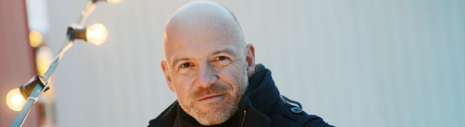 Schauspieler Dietmar Wunder lächelt in die Kamera