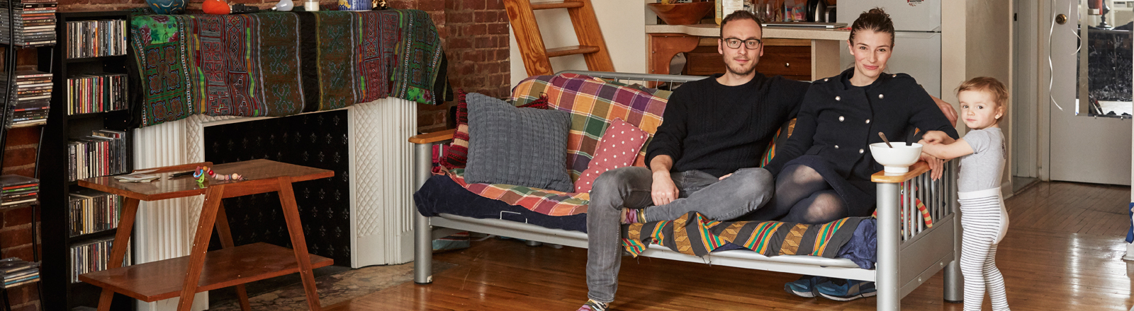 Felix Zeltner und seine Familie sitzen auf der Couch