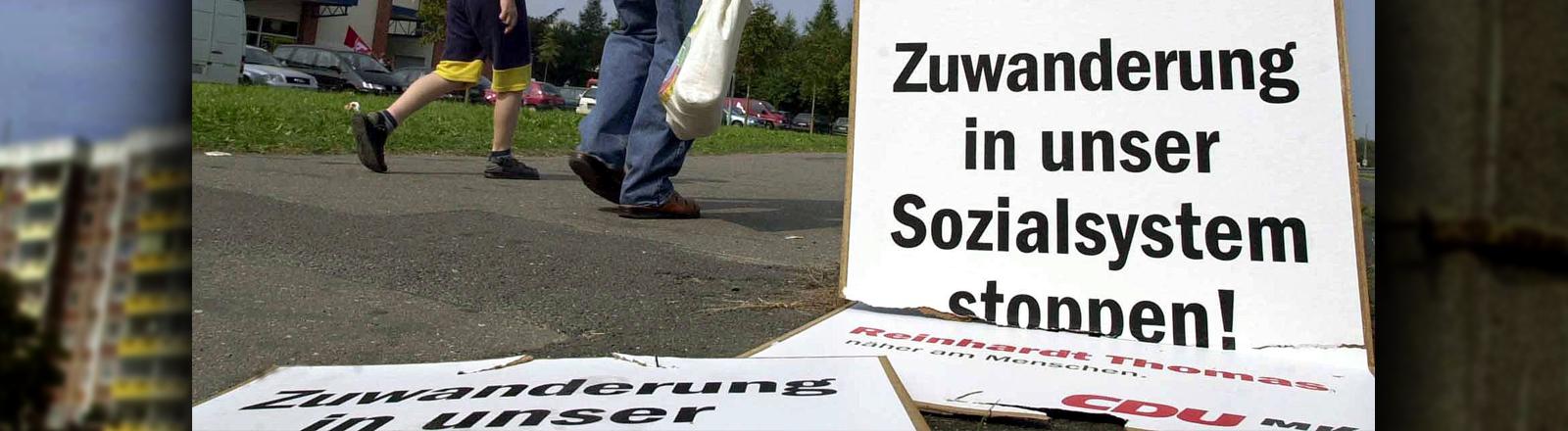 """Ein CDU Plakat aus den 90ern, auf dem """"Zuwanderung stoppen"""" steht"""