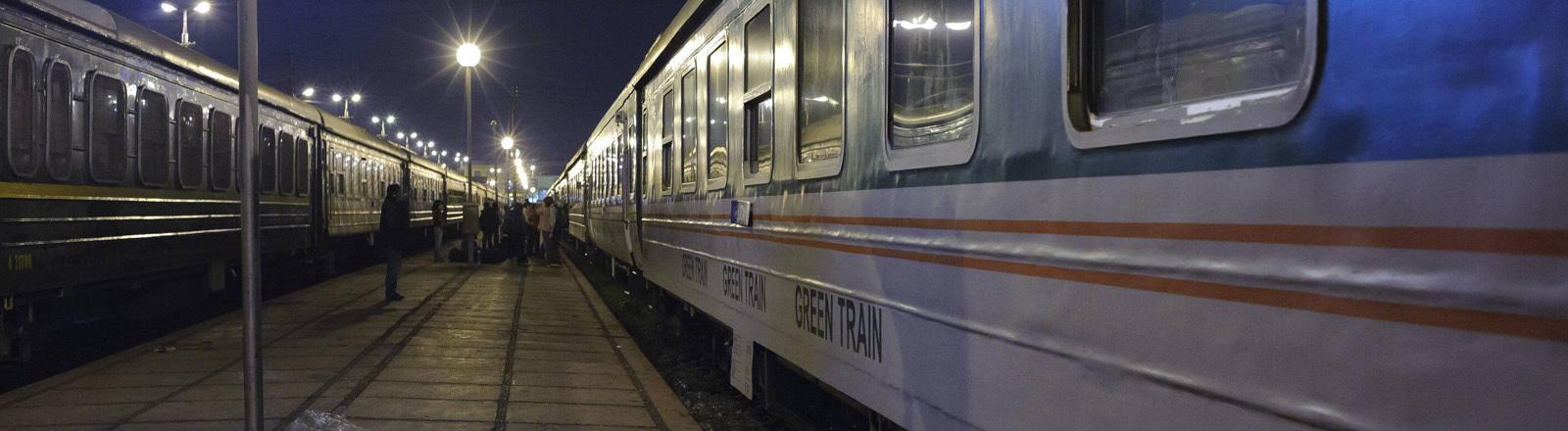 Zug nach Lao Cai am Hauptbahnhof  in Hanoi.