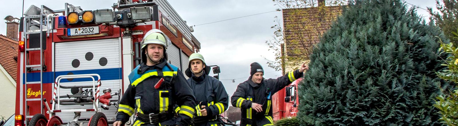 Szenario Brandstiftung an Wohnhaus. Übung der freiwilligen Feuerwehr Kriegshaber in Augsburg