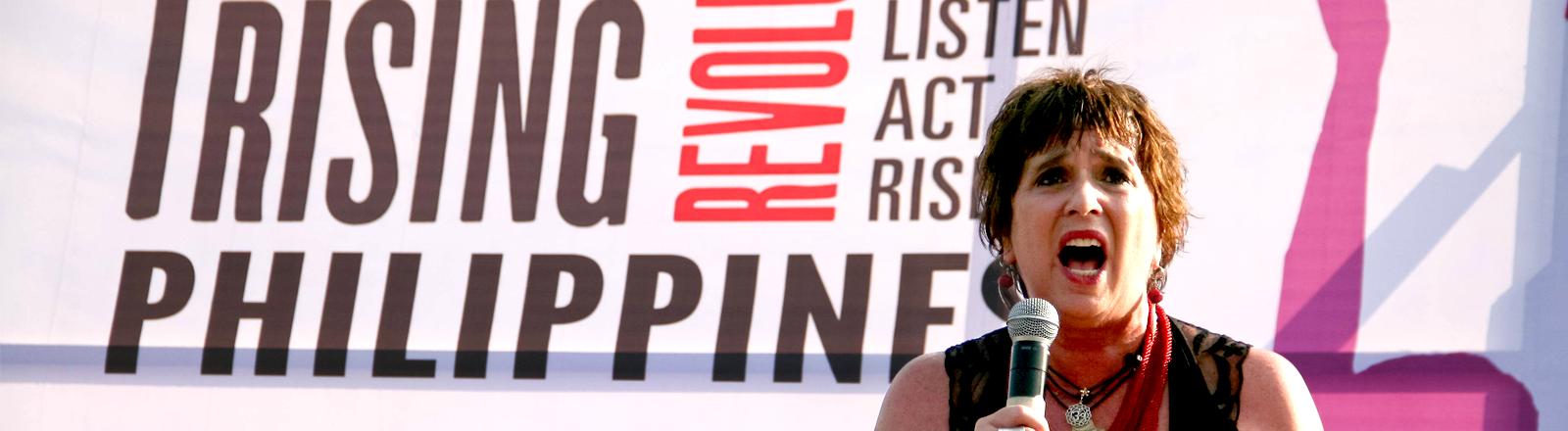 Eve Ensler, Initiatorin von One Billion Rising hält am 14. Februar 2016 eine Rede im Rizal Park in Manila