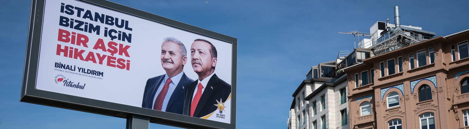Ein Wahlplakat in Istanbul zeigt Präsident Erdogan mit Istanbuls Bürgermeisterkandidat Binali Yildirim