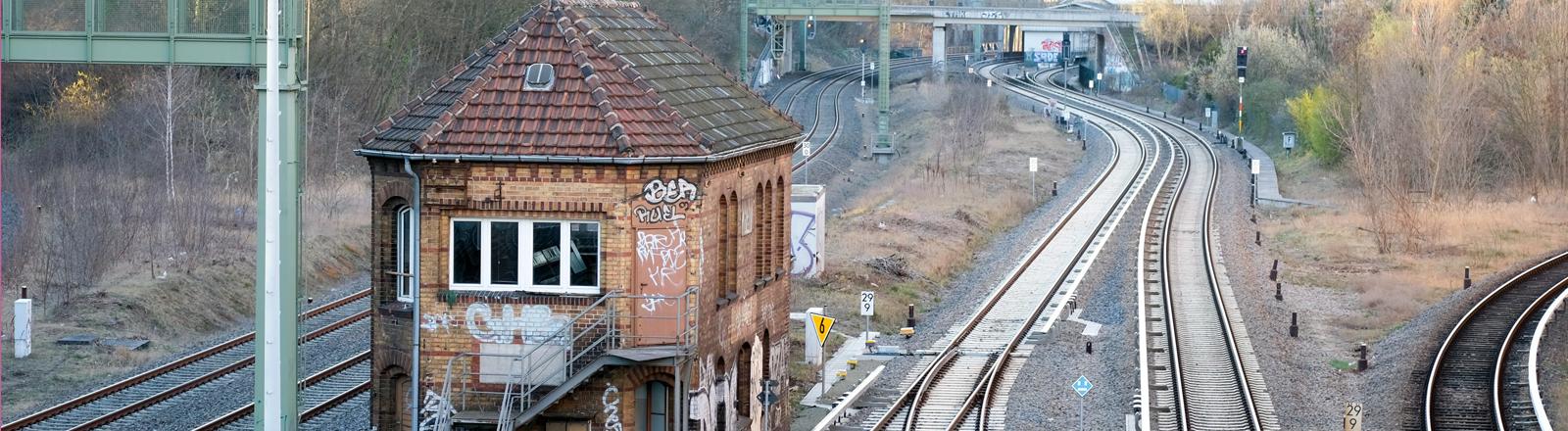Stellwerk der Deutschen Bahn in Berlin in einem alten Backsteingebäude, das außen mit Graffiti besprüht ist