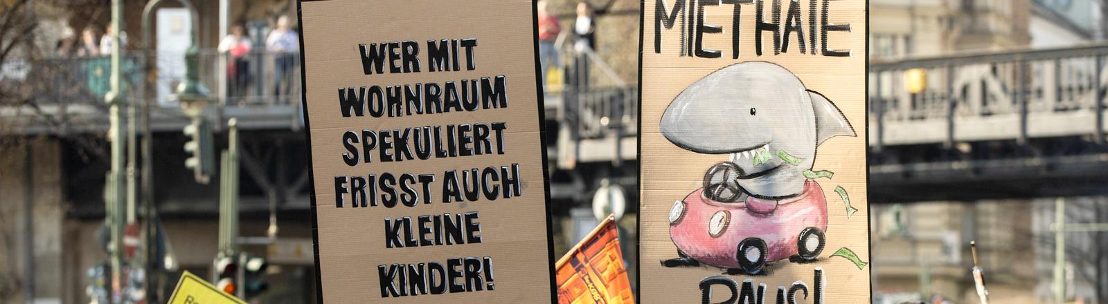 Schilder beim Protest gegen zu hohe Mieten in Berlin