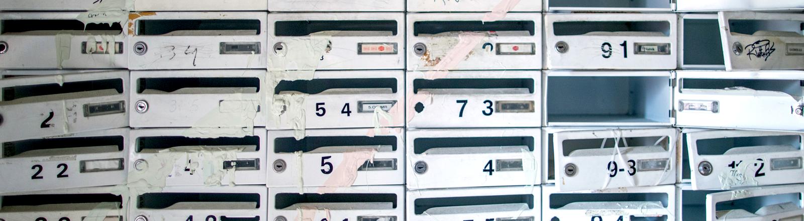Aufgebrochene Briefkästen in einem abbruchreifen Plattenbau in Schwerin