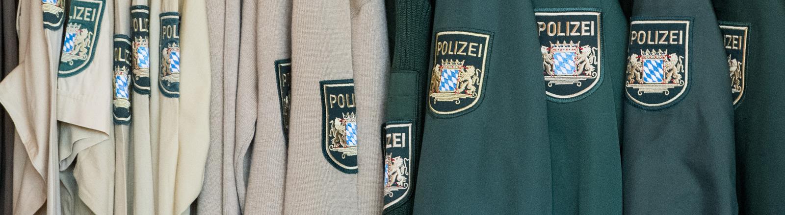 Alte Polizeiuniformen hängen in Straubing an einer Garderobe.