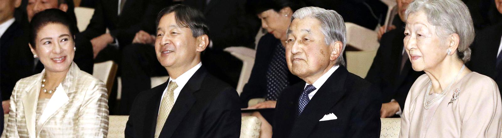 Der japanische Kronprinz Naruhito mit seiner Frau und seinen Eltern Kaiser Akihito und Kaiserin Michiko auf einem Konzert am 2. April 2019