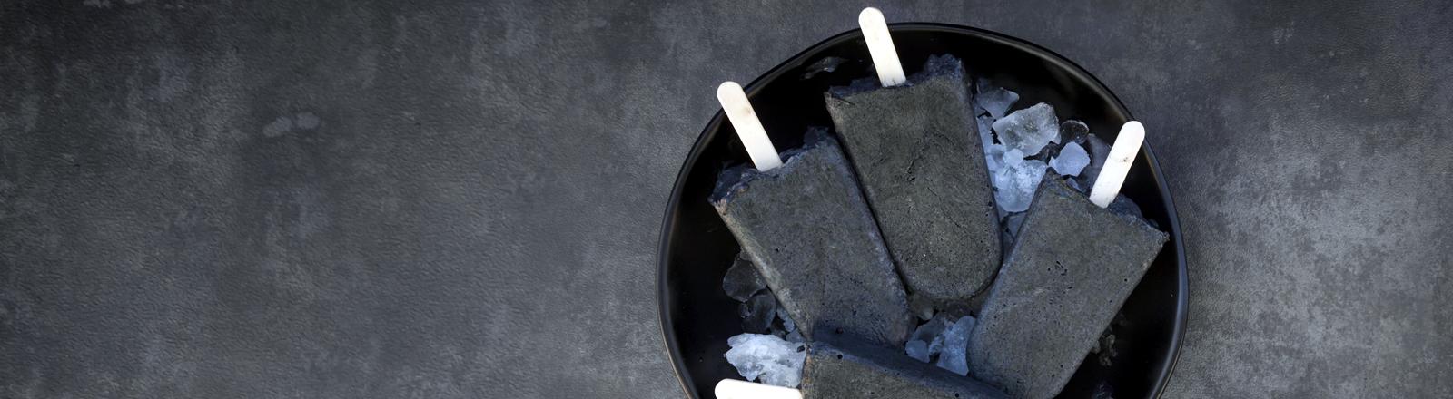 Selbstgemachtes schwarzes Joghurteis mit Aktivkohle