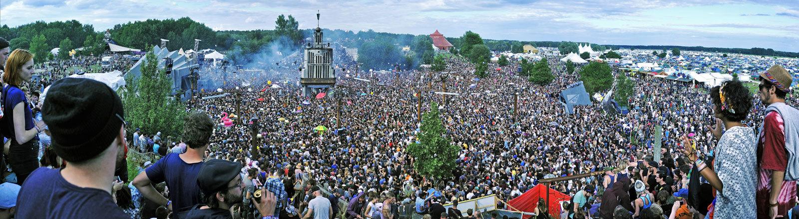 Auf dem Fusion-Festival 2016 kamen rund 70.000 Besucher zusammen. Blick auf eine Menschenmenge.