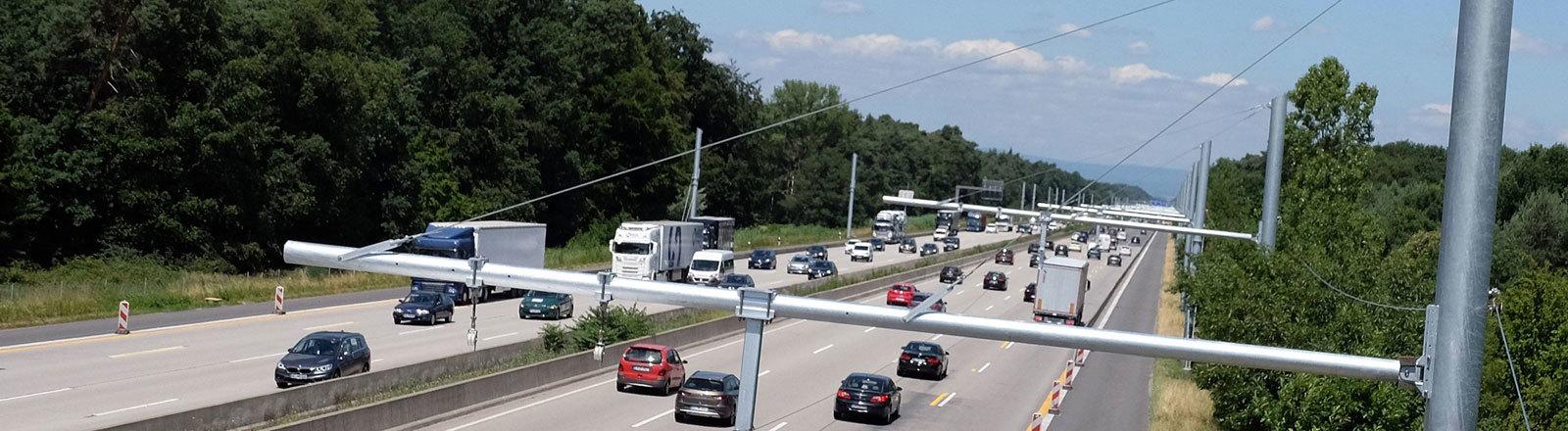 Auf dem E-Highway Deutschland auf der A5 zwischen Frankfurt und Darmstadt wurde Oberleitungen über die Autobahn gebaut.