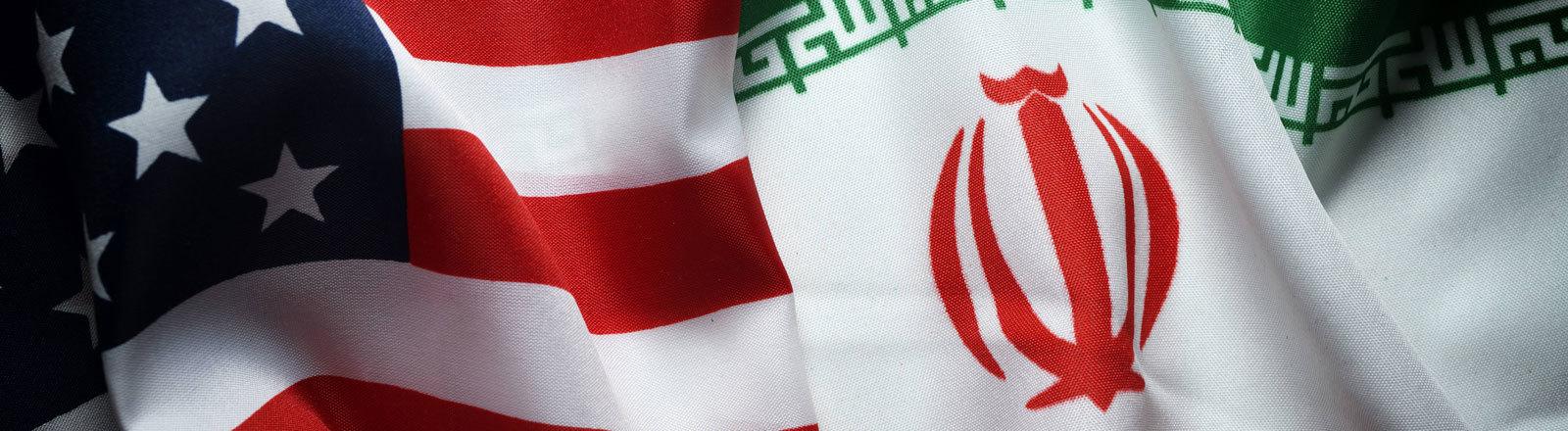 Grafik: Die Flaggen von Iran und USA liegen nebeneinander.