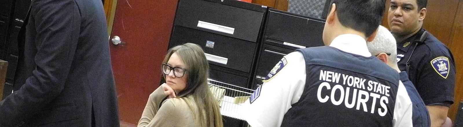 Anna Sorokin sitzt vor Beginn ihres Gerichtsprozesses im Verhandlungssaal; Foto: dpa
