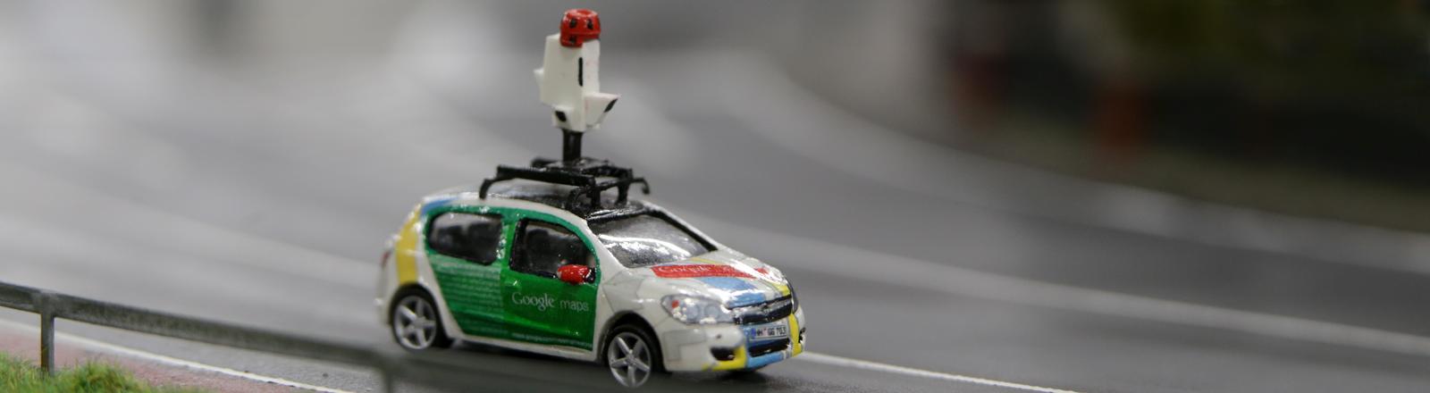 Ein Modellfahrzeug eines Google Maps Cars steht am 13.01.2016 in Hamburg in der Modellanlage des Miniatur Wunderland.